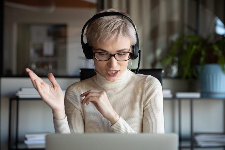 Saját profi háttérképet szeretnél a videómegbeszéléseken? Megmutatjuk, hogyan állíthatod be magadnak.